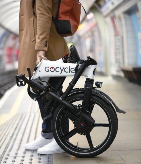 bicicleta-electrica-gocycle-GX-plegada-parada-sostenida_estabilidad