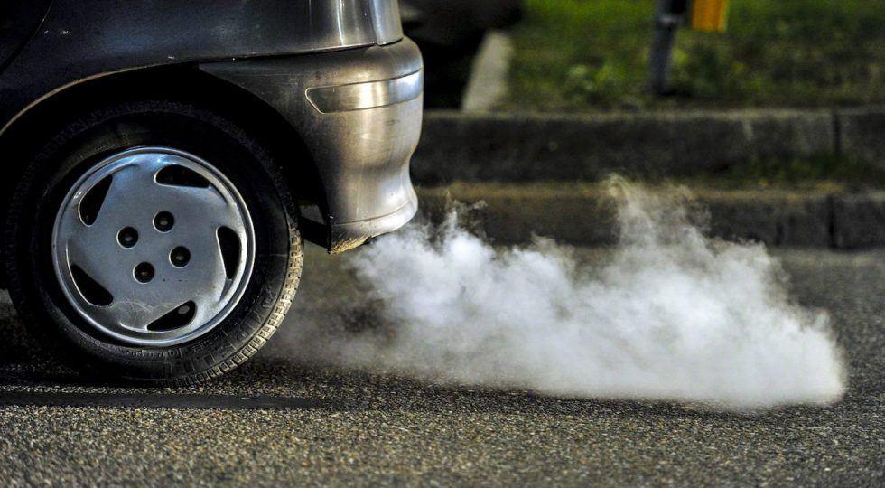 emisiones-coches-combustion-tubo-escape-saliendo-humo