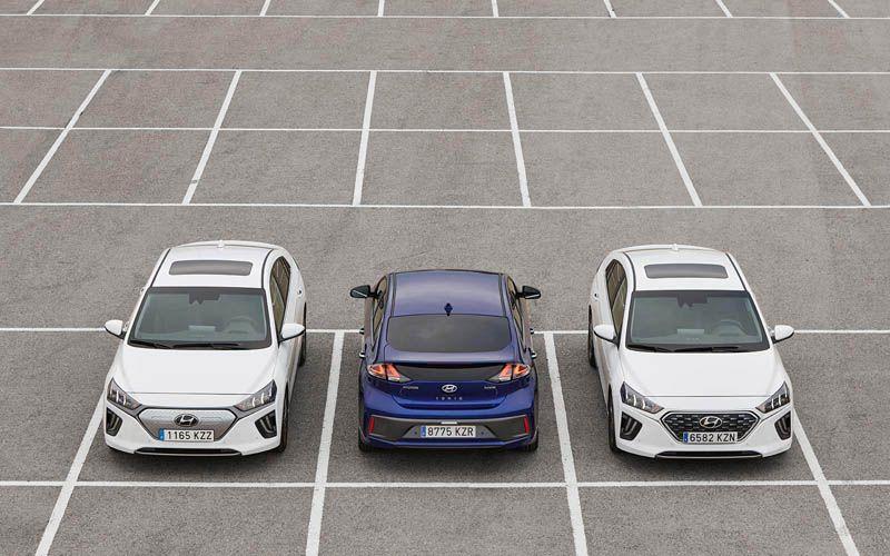 hyundai-ioniq-diferentes-versiones-colores-aparcados