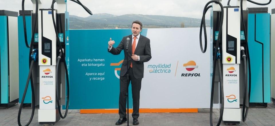 josu-jon-imaz_consejero-delegado-repsol-presente-inauguracion-primera-estacion-carga-ultrarapida-espana-alava