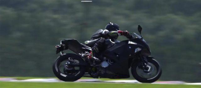 Foto de la moto eléctrica de Kawasaki en circuito