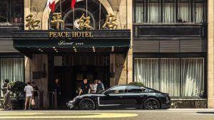 porsche-taycan-shanghai-recorriendo-calles-shanghai-puerta-hotel