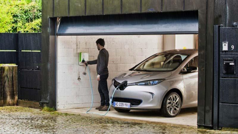 Punto de carga de coches eléctricos instalado en un garaje privado de un chalet