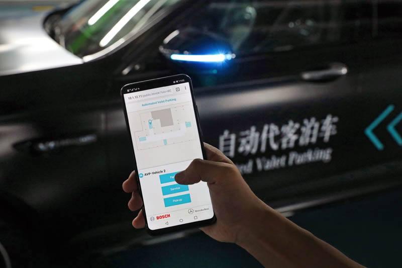 servicio-aparcamiento-autonomo-daimler-bosch-smartphone