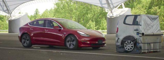 Imagen del test de frenada del Tesla Model 3