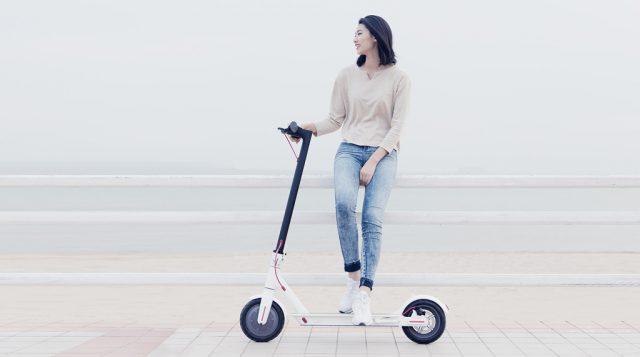 xiaomi-mijia-electric-scooter_apoyado-persona